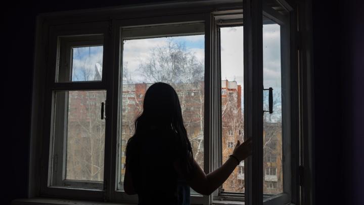 В Новосибирске из окна бизнес-центра ночью выпала девушка