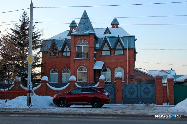 Типичный пример лакшери по-омски — кирпичный замок и дорогой паркетник