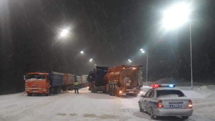 Снег идет, но ехать можно: в Волгоградской области открыли трассы Р-22 и Р-228