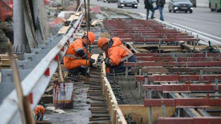 На Макаровском мосту для трамваев уложили резиновые рельсы, чтобы снизить шум и вибрацию