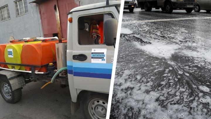 На улицы Новосибирска вылили раствор, который не дает пыли разлетаться
