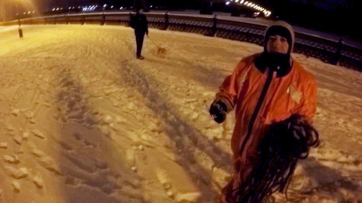 Обязан жизнью девушке с собакой: спасатели вытащили провалившегося под лёд мужчину