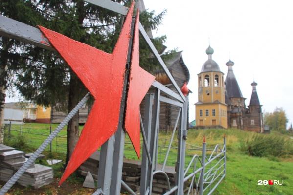 В Нёноксе деревянное зодчество соседствует с реалиями советского времени