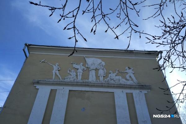 """Богатая лепнина на фасаде школы <nobr class=""""_"""">№ 21</nobr> иллюстрирует моменты из жизни обычного советского школьника"""