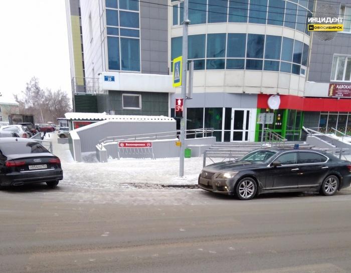 «Лексус» с проблесковыми маячками заметили сегодня днём рядом с пешеходным переходом
