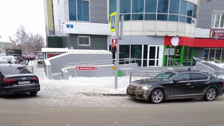 «Лексус» Травникова заметили припаркованным у пешеходного перехода