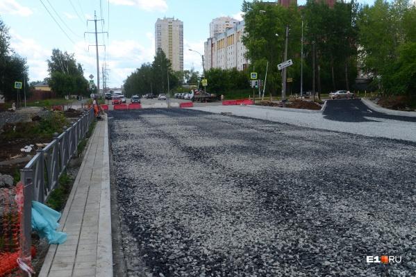 Для того чтобы улучшить транспортную доступность нового микрорайона Солнечного, дорожники на месяц закрыли участок на Патриса Лумумбы