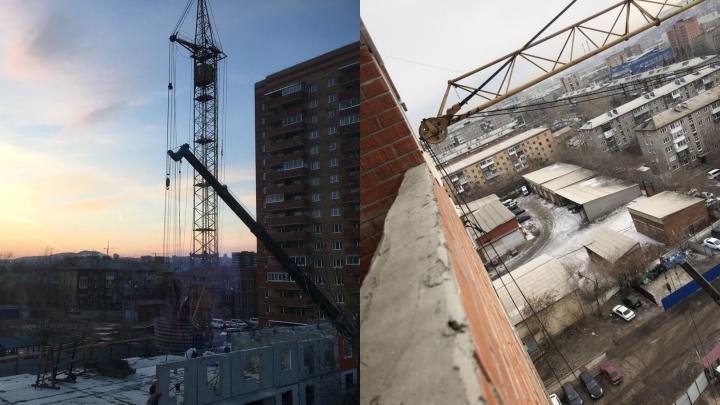 «Кран лежит почти на балконе»: жители по соседству со стройкой на 60 лет Октября сняли странный вид