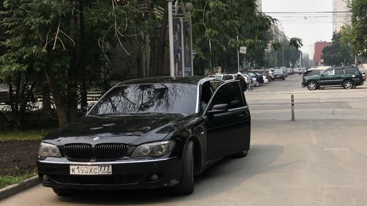 «Я паркуюсь как чудак»: BMW 777 прогнали из Центрального парка — испугался нашего читателя