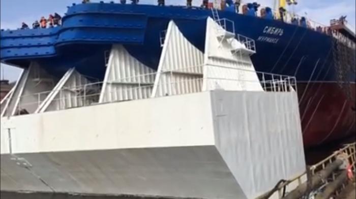 Помимо «Сибири», завод собирает судно под названием «Арктика»