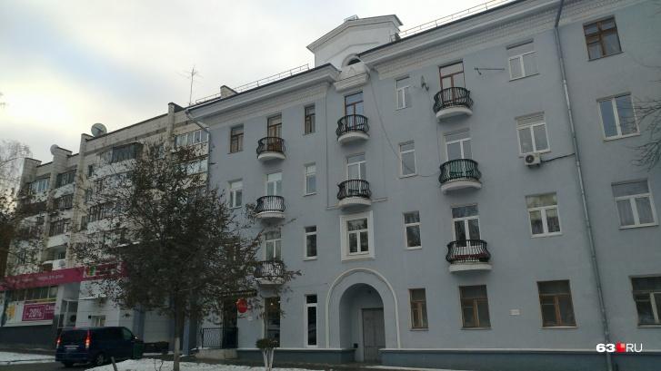 Жильцы дома № 200 на Чапаевской вряд ли знают о том, кто жил в этих стенах в 1960-х годах