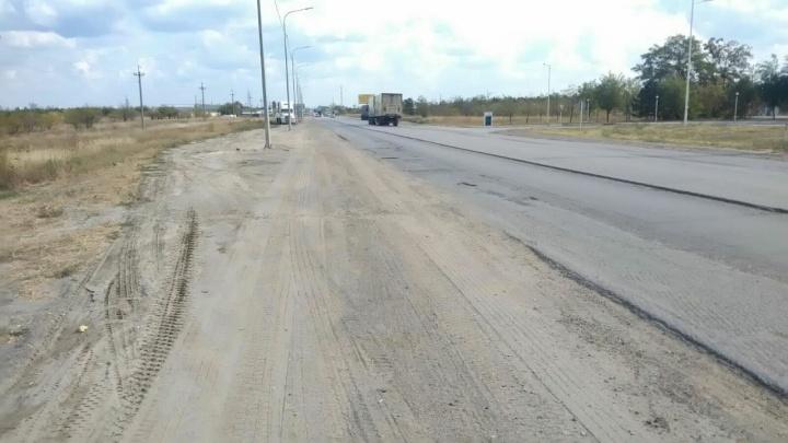 «Чиновники, вам не стыдно?»: власти Волгограда забыли о «раздетой» дороге на улице Неждановой
