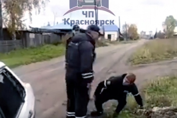Излишне ярого защитника полицейский толкнул на землю