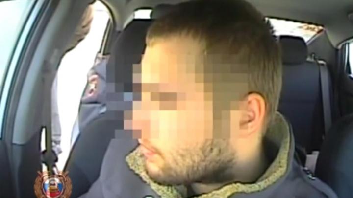 Видео: купивший права водитель в патрульной машине пытался найти оправдание