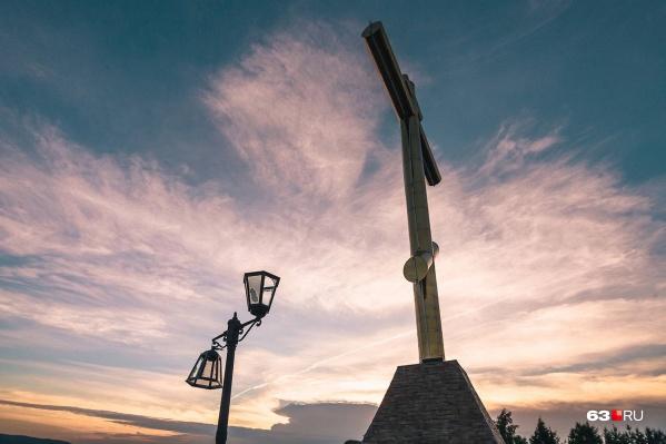 На вершине Царева кургана — крест и разбитый фонарь