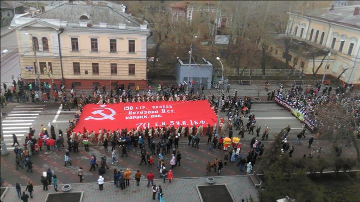 Тысячи красноярцев идут по улице с портретами ветеранов. Истории тех, кто спас нас от фашистов