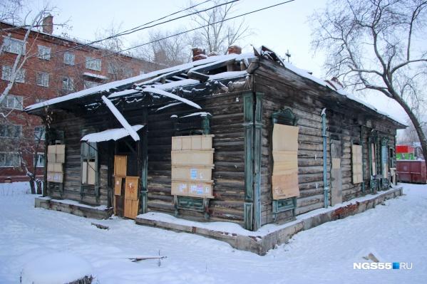 Дом Хлебникова на улице Почтовая был построен больше ста лет назад и связан с биографиями многих известных омичей. Тем не менее сейчас он в аварийном состоянии