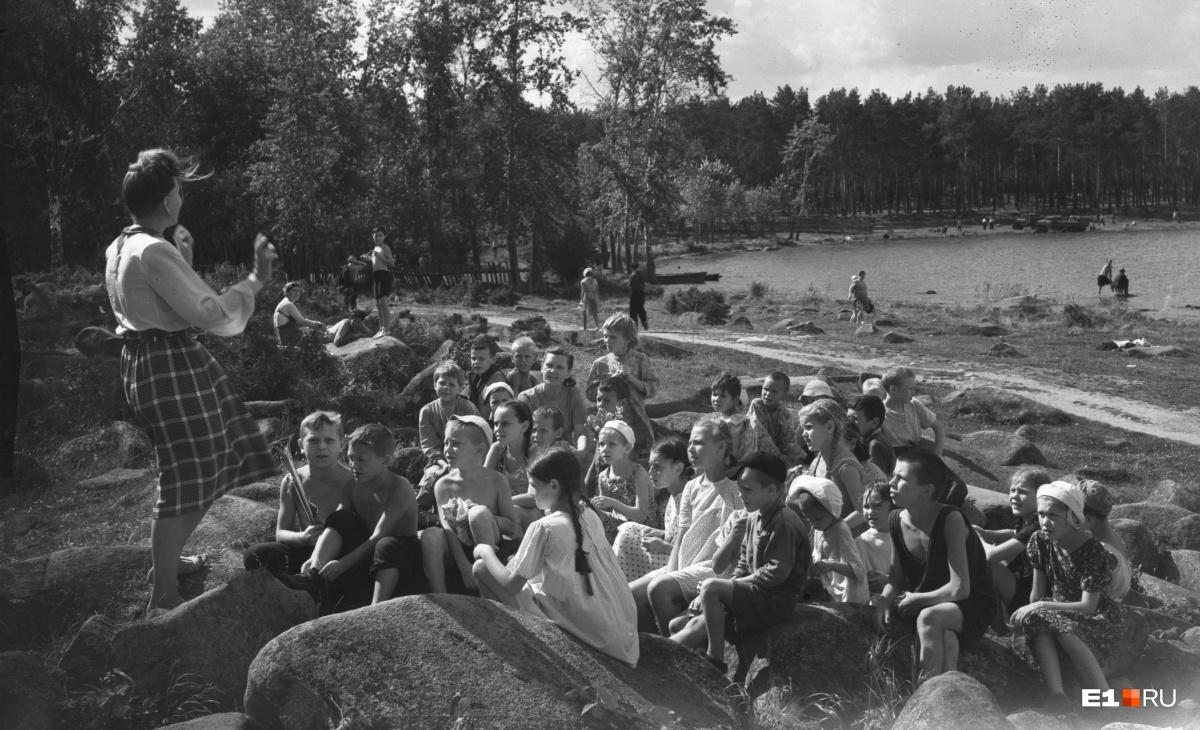 Дети на экскурсии на озере Шарташ. 1950 год. Интервью с директором парка о его состоянии сегодня  читайте здесь