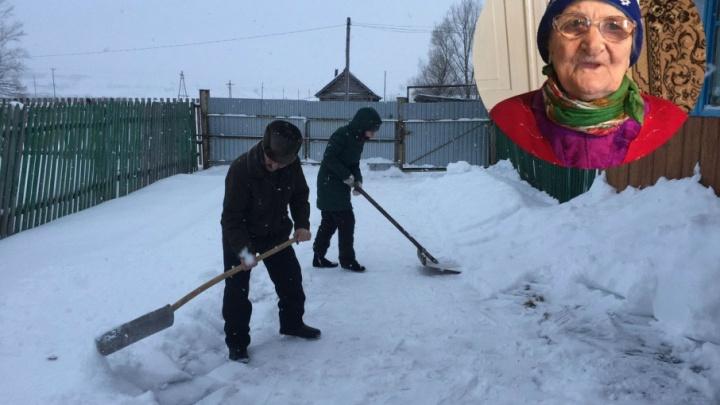 В Башкирии активисты освободили из снежного плена ветерана тыла