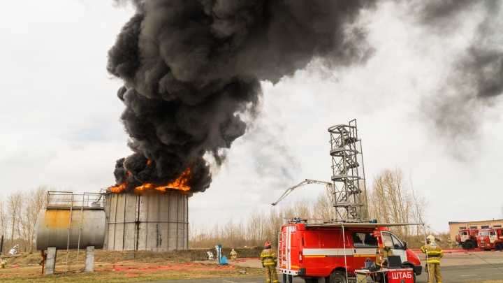 Огненный фоторепортаж с празднования Дня пожарной охраны в Перми