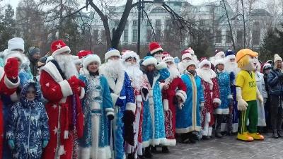 В сквере Дзержинского прошёл флешмоб Дедов Морозов