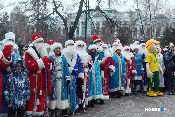 Посчитайте, сколько на фото настоящих Дедов Морозов. И это только половина!