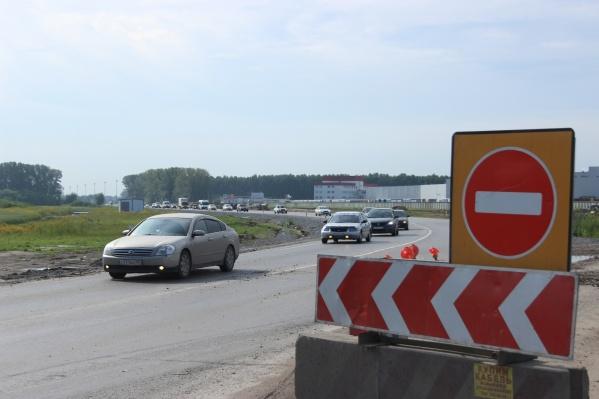 Сотрудники ГИБДД вечером 13 августа регулировали дорожное движение на Ордынской трассе, чтобы устранить затор