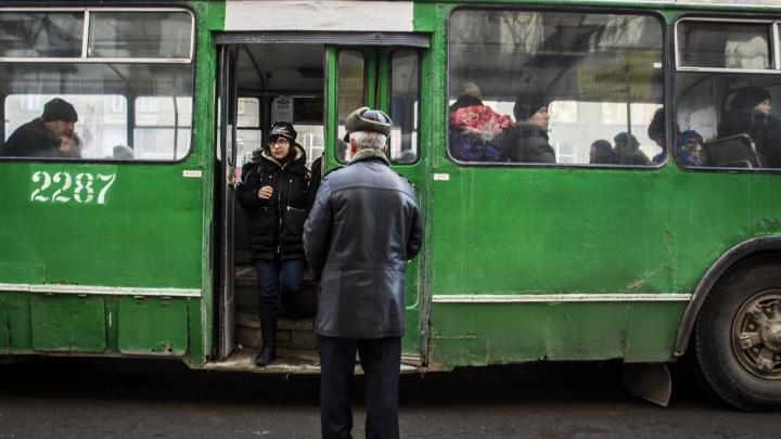 Помешал троллейбус: водители встали в пробку возле станции метро «Гагаринская»