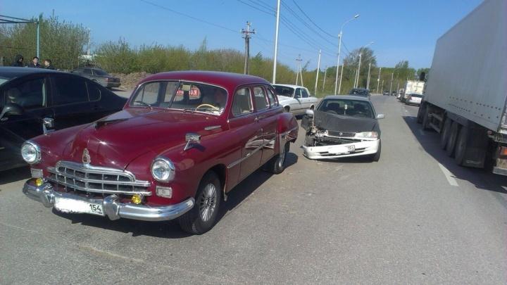 Бордовый лимузин для высших чиновников попал в аварию на «Родниках»