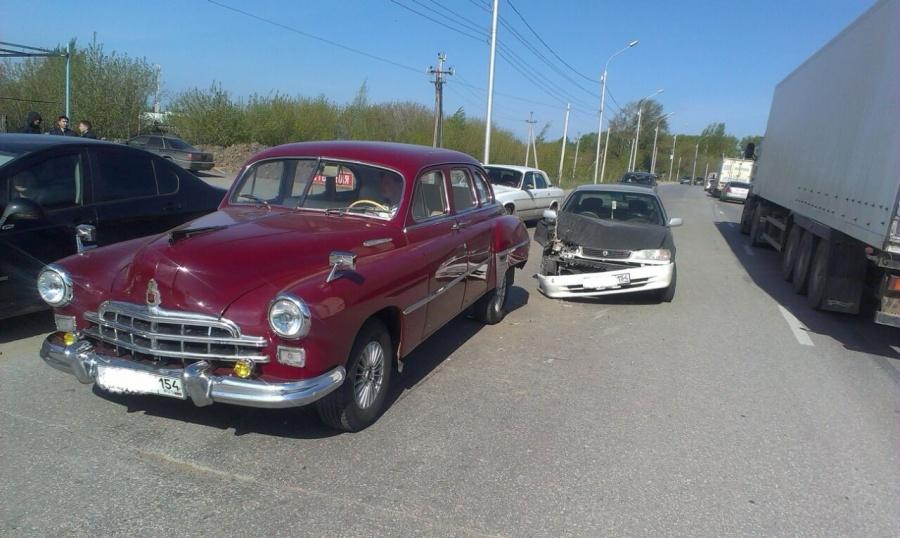 ВНовосибирске нетрезвый автовладелец иномарки помял ретро-автомобиль