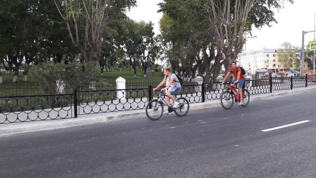 Велосипедисты тоже выехали на открытый участок дороги