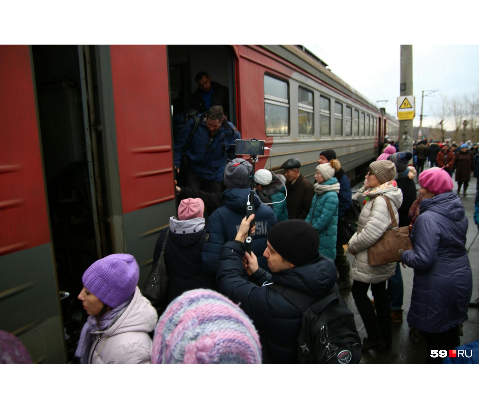 Участники акции садятся в вагон электрички