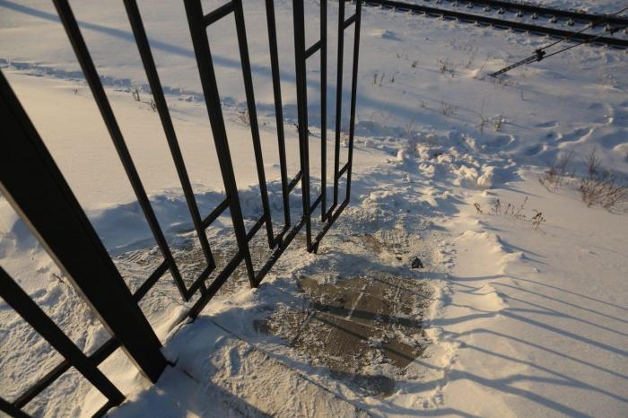 Находчивые новосибирцы перелезают через забор или обходят его в опасной близости от рельсов