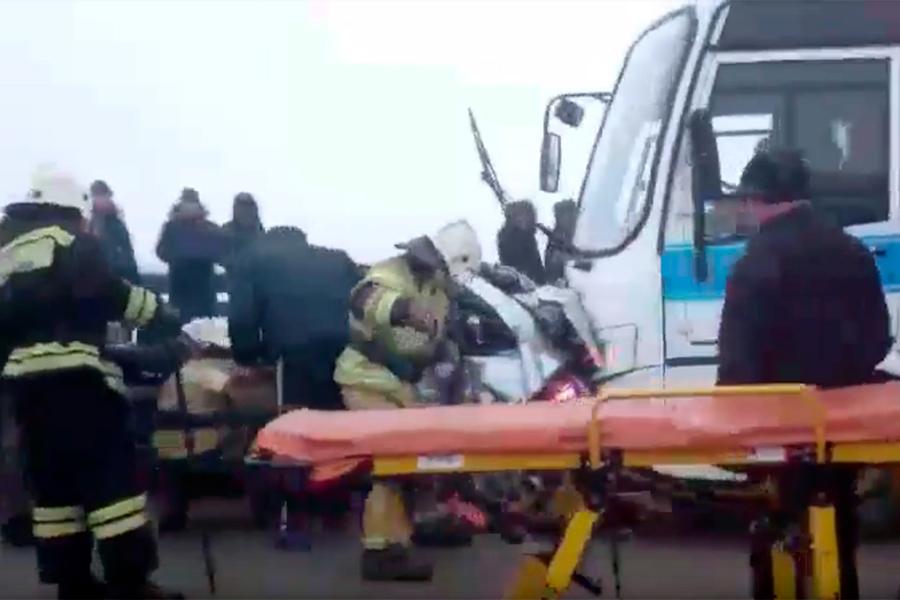 Спасатели пытаются достать людей из искорёженной машины