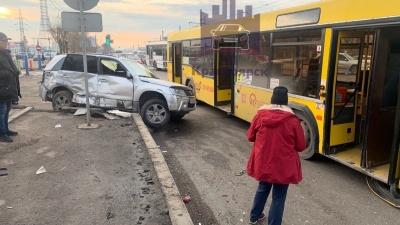 Водитель Suzuki протаранил маршрутный автобус