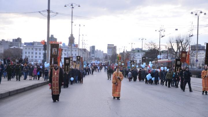 На площадке перед Театром драмы прошел молебен православных