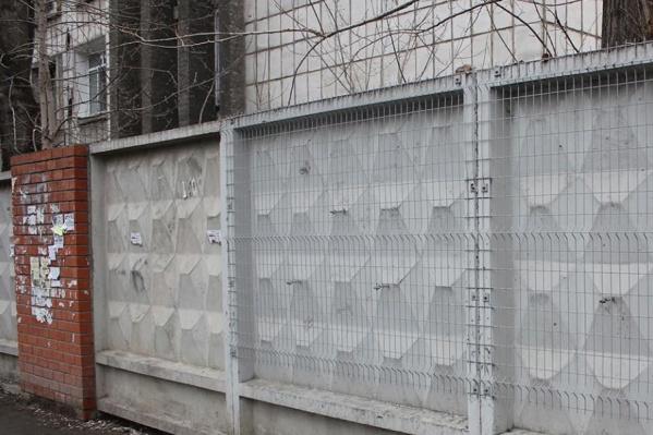 Весной этот серый забор должен засиять всеми цветами радуги