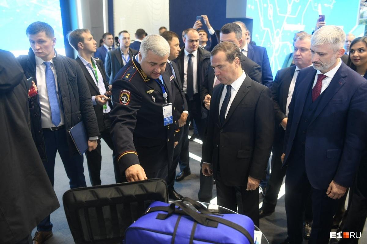 Вместе с главой ГИБДД премьер изучает дорожные технологии разных регионов и стран