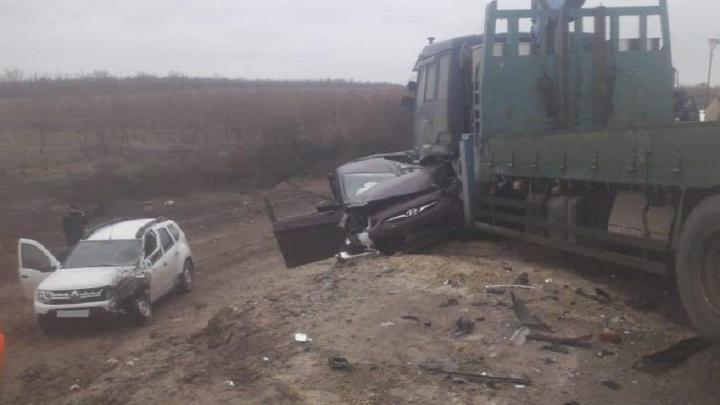 На трассе под Волгоградом грузовик снес пассажирский автобус и легковушки: шесть пострадавших