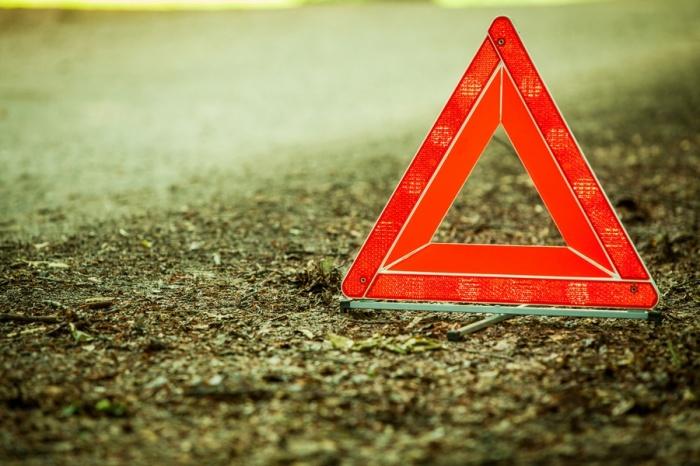 Автоледи сбила двух пешеходов, сдавая назад возле дома