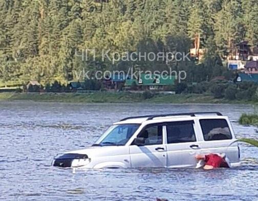 Внедорожник скатился с обрыва в реку по пляжу с играющими детьми