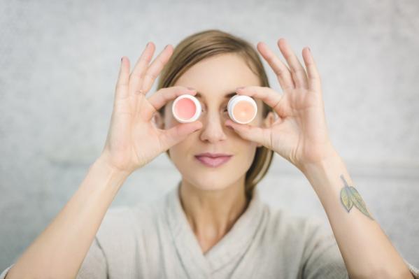 Крем для век перед выходом на рынок проверяют не только дерматологи, но и офтальмологи
