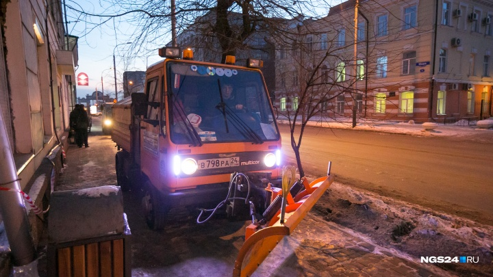 Cпецтехнику заставили дежурить на улицах в ожидании снега