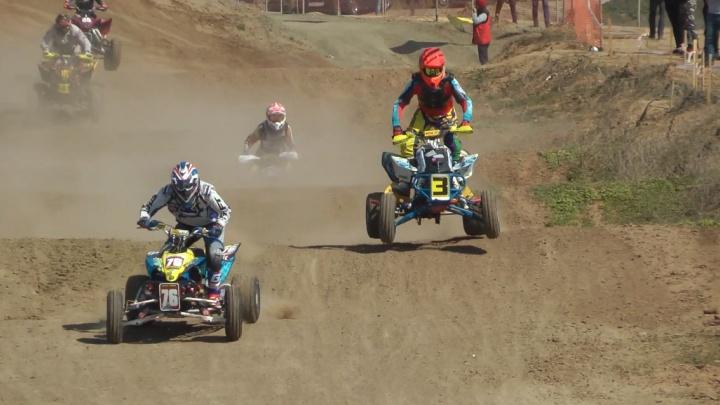 В пыли и на бешеных скоростях: смотрим захватывающие гонки на мотоциклах и «квадриках» в Волгограде