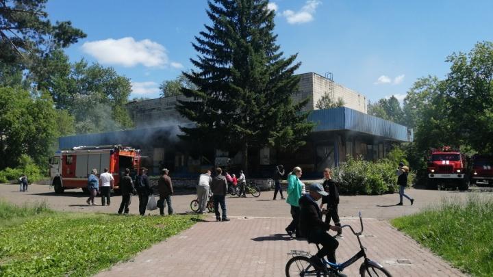 В Омске загорелся кинотеатр «Сатурн»: прокуратура напоминала мэру о нём неделю назад