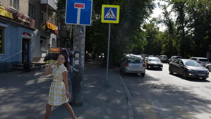 Невнимательные водители устроили хаос на перекрытой коммунальщиками Мамина-Сибиряка