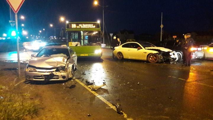 На перекрестке Губернской и Уездной столкнулись Toyota, BMW и Lexus