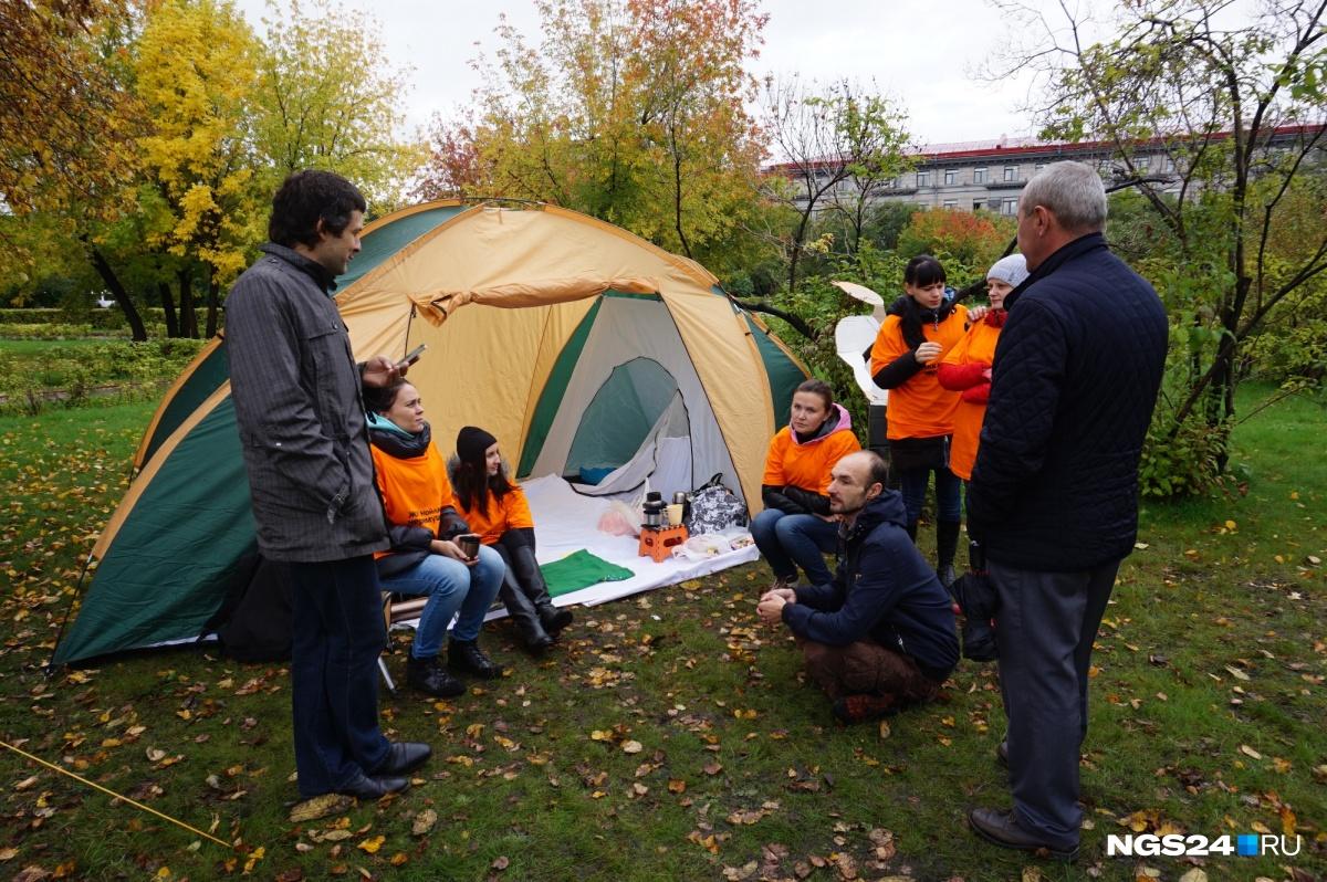 Обманутые дольщики установили палатки уздания руководства вКрасноярске