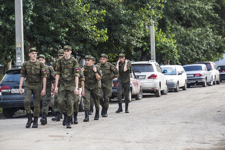Военная часть расформирована, но на её территории ещё остаётся военная столовая, куда солдаты ходят строем за обедами