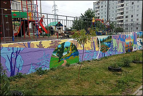 Красноярские художники расписали двор в Октябрьском районе